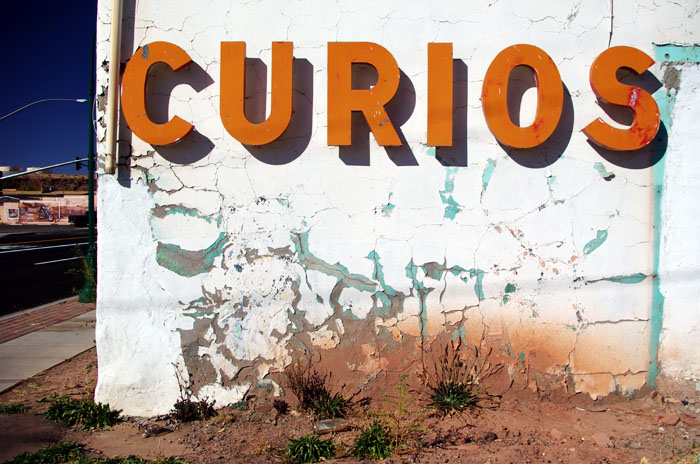 closed-up rock and curios shop in Holbrook AZ